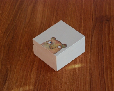 mažytė medinė dėžutė su piešiniu