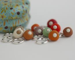 Spalvingi, mažyčiai, rankų darbo mezgimo akių žymekliai su mažulyte metaline dėžute