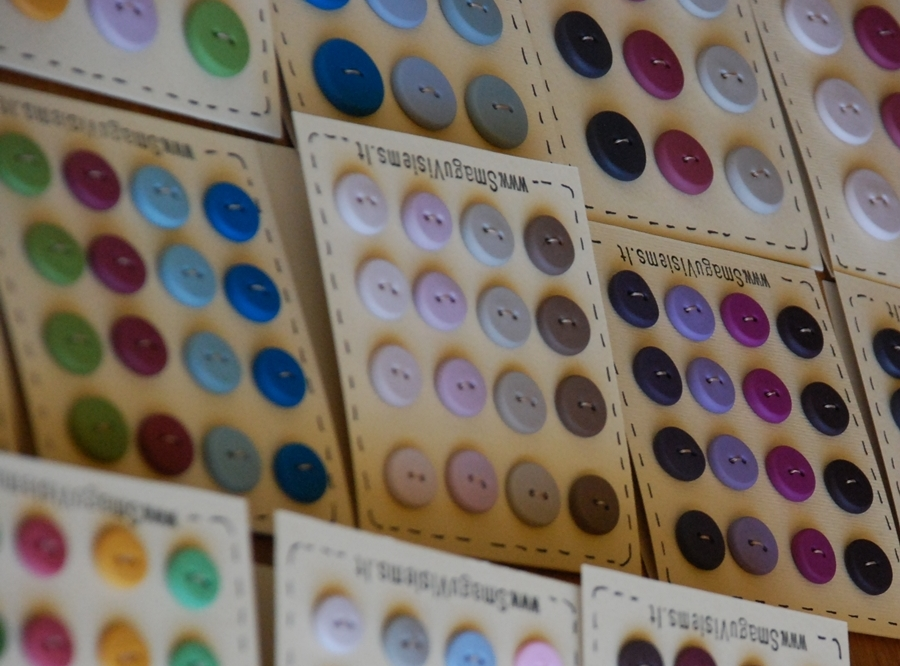 spalvotų sagų rinkiniai