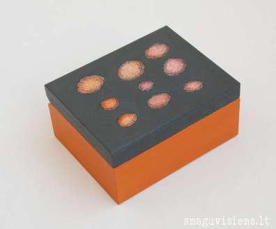 spalvotos medinės dėžutės, išpieštais dangteliais