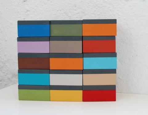 mažos spalvotos dėžutės