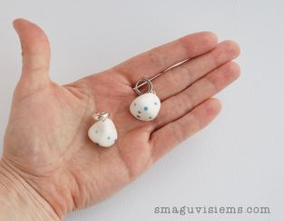 Rankų darbo švelnūs taškuoti auskarai akmenukai