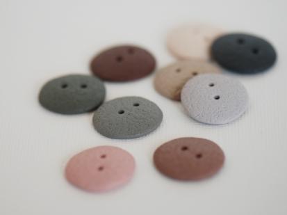 spalvotos rankų darbo sagos iš polimerinio molio