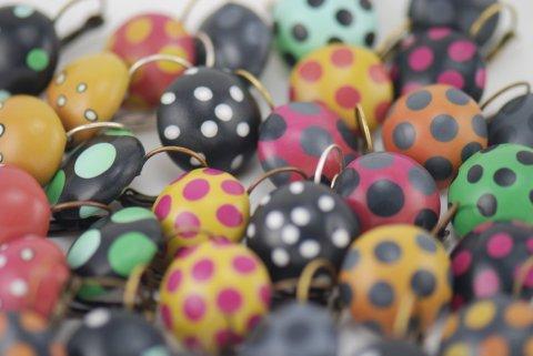 Rankų darbo spalvoti taškuoti auskarai