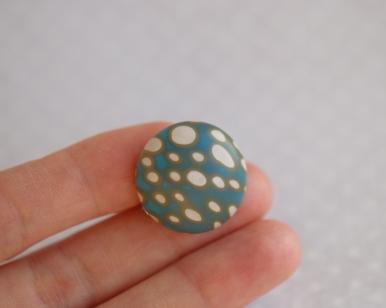 rankų darbo polimerinio molio spalvinga sagė su ornamentu