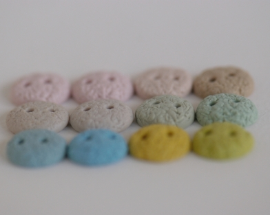 mažytės spalvingos rankų darbo sagos