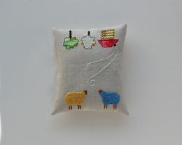levandų žiedų pagalvėlė - siuvinėtos avių istorijos
